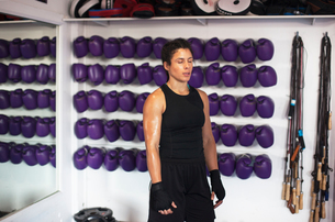 Female boxer resting in gymの写真素材 [FYI03611025]