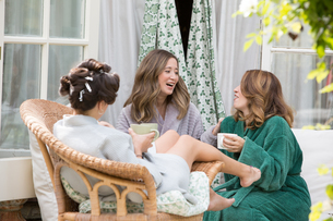 Bride and friends on morning of wedding dayの写真素材 [FYI03611132]