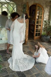 Bride's wedding dress being arrangedの写真素材 [FYI03611144]