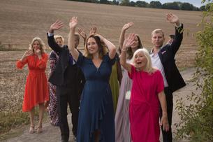 Wedding guests waving off newlywedsの写真素材 [FYI03611149]