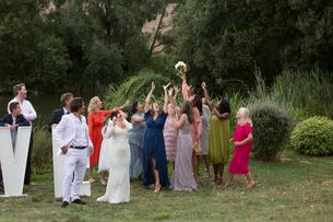 Catching the bride's bouquetの写真素材 [FYI03611156]