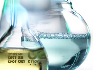 Laboratory beakers containing chemical formulasの写真素材 [FYI03611710]