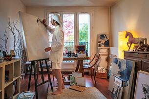 Artist working on canvas in studioの写真素材 [FYI03611725]