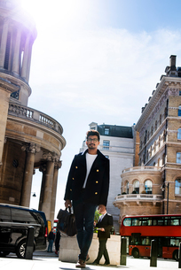 Businessman travelling in city, London, UKの写真素材 [FYI03611753]