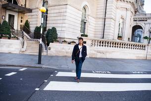 Businessman travelling in city, London, UKの写真素材 [FYI03611754]