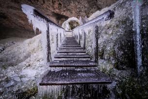 Frozen stairs, Seljalandsfoss, Icelandの写真素材 [FYI03611782]