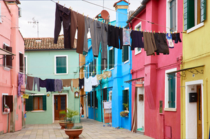 Clothes lines in traditional multicoloured courtyard, Burano, Venice, Veneto, Italyの写真素材 [FYI03611836]