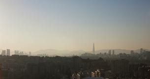 Hazy cityscape and skyline at dusk, Seoul, South Koreaの写真素材 [FYI03611938]
