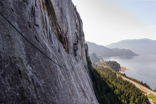 Young male rock climber climbing rock face, elevated view, The Chief, Squamish, British Columbia, Caの写真素材 [FYI03612074]