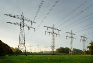 Field landscape with power lines near coal fired power station, Netherlandsの写真素材 [FYI03612184]