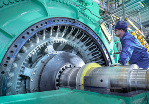 Engineer inspecting generator in nuclear power station during outageの写真素材 [FYI03612222]