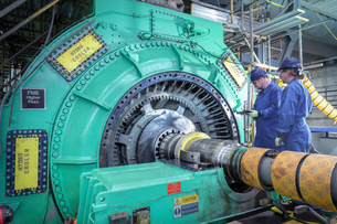 Engineers inspecting generator in nuclear power station during outageの写真素材 [FYI03612223]