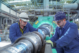 Engineers inspecting gears at generator end in nuclear power station during outageの写真素材 [FYI03612225]