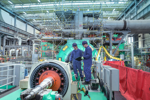 Engineers inspecting gears at generator end in nuclear power station during outageの写真素材 [FYI03612228]