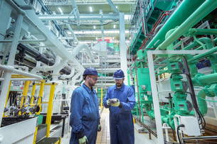 Engineers in turbine hall in nuclear power stationの写真素材 [FYI03612239]