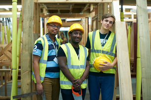 Three male higher education carpentry students in college workshop, portraitの写真素材 [FYI03612381]