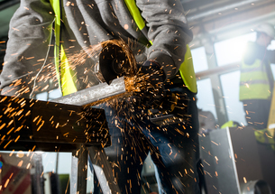 Man sawing metal panelの写真素材 [FYI03612434]