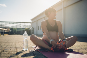 Pregnant woman taking break from workoutの写真素材 [FYI03612797]