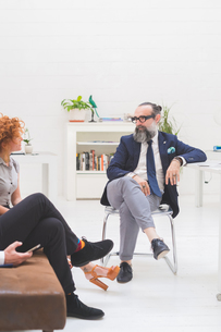 Businessmen and woman having discussion at meeting on office sofa, croppedの写真素材 [FYI03612832]