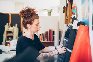 Fashion designer choosing fabricの写真素材 [FYI03612923]