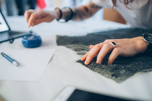 Fashion designer pinning fabric cutoutsの写真素材 [FYI03612940]