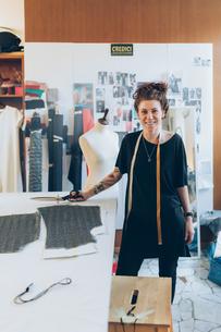 Portrait of fashion designer in her work studioの写真素材 [FYI03612942]