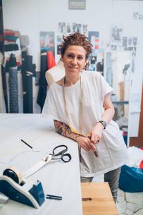 Portrait of fashion designer in her work studioの写真素材 [FYI03612951]