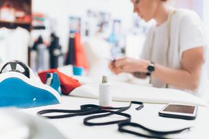 Fashion designer working in her studioの写真素材 [FYI03612952]