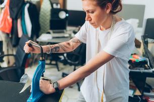 Fashion designer working in her studioの写真素材 [FYI03612954]