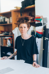 Portrait of fashion designer in her work studioの写真素材 [FYI03612963]