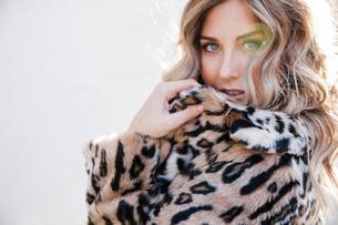 Fashionable woman in leopard print coatの写真素材 [FYI03613330]