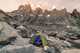 Rock climber camping in El Chalt駭, south Patagonia, Argentinaの写真素材 [FYI03613481]