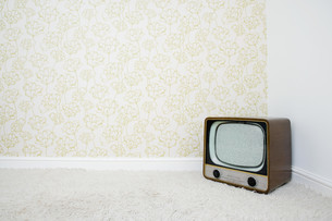 Retro television in corner of room with patterned wallpaperの写真素材 [FYI03613602]