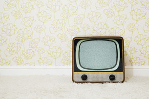 Retro television in room with patterned wallpaperの写真素材 [FYI03613609]