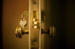 Keys in hotel room doorの写真素材 [FYI03613624]