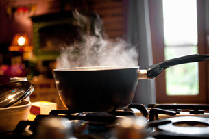 Steaming saucepan on gas hobの写真素材 [FYI03613642]