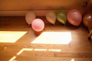 Balloons on wooden floorの写真素材 [FYI03613679]