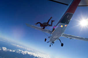 Skydiver jumping from plane over north shore of Oahu, Hawaiiの写真素材 [FYI03613738]