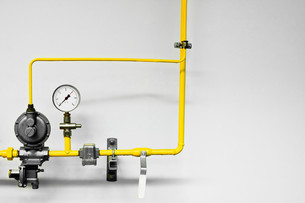 Yellow industrial pipes and pressure guageの写真素材 [FYI03613744]