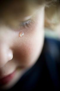 Boy crying, close upの写真素材 [FYI03613856]