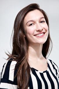 Brunette teenage girl smilingの写真素材 [FYI03613954]