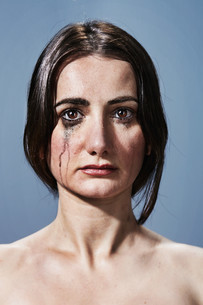 Woman crying with makeup smudges on faceの写真素材 [FYI03613957]