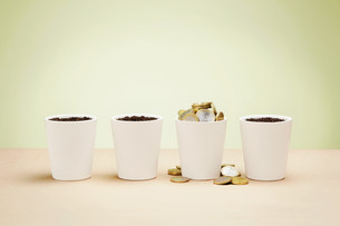 Four plant pots, one full of euro coinsの写真素材 [FYI03614067]
