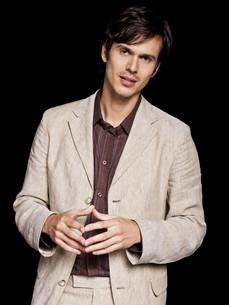 Man wearing beige jacket, portraitの写真素材 [FYI03614083]
