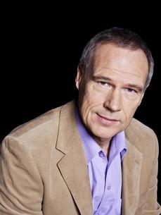Man wearing beige jacket, portraitの写真素材 [FYI03614087]