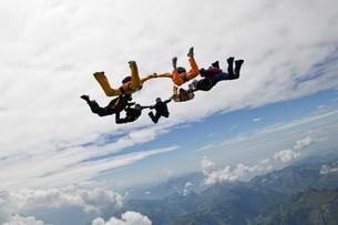 Formation skydivers over Saanen, Switzerlandの写真素材 [FYI03614091]