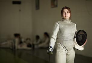 Portrait of teenage female fencerの写真素材 [FYI03614154]