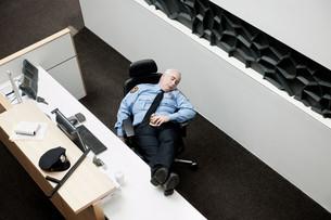 Security guard sleeping at deskの写真素材 [FYI03614238]