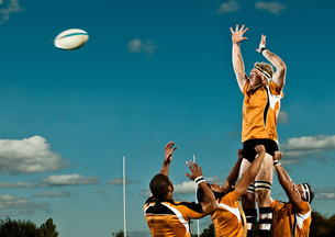 Rugby player leaping up to catch ballの写真素材 [FYI03614247]
