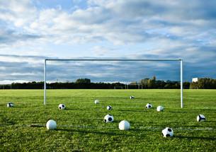 Footballs on empty pitchの写真素材 [FYI03614264]